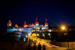 Opinião da noite na fortaleza de Kamenetz-Podolsky nas luzes Imagem de Stock