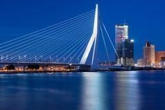 Opinião da noite na ponte do Erasmus em Rotterdam imagens de stock royalty free
