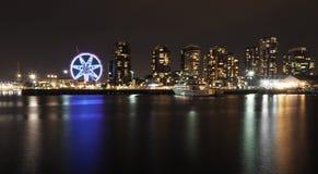 Opinião da noite na zona das docas Melbourne Austrália com a roda do obervatório da estrela de Melbourne Fotos de Stock Royalty Free