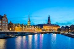 Opinião da noite no palácio de Christiansborg em Copenhaga, Dinamarca foto de stock royalty free