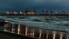 Opinião da noite no porto do norte de Gdansk fotografia de stock