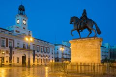 Opinião da noite no quadrado quilômetro 0 de Puerta del Sol do Madri no Madri, Espanha imagem de stock
