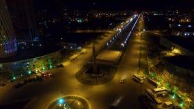 A opinião da noite os heróis esquadra com o bulevar atrás em Batumi Geórgia, vida urbana filme
