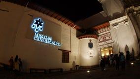 Opinião da noite os turistas que entram no museu dentro da igreja do EL Carmen Alto situada no centro histórico da cidade de Quit Imagens de Stock Royalty Free