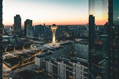 Opinião da noite para a torre de Bayterek e hous dos ministérios em Astana Cazaquistão em um dia claro fotografia de stock