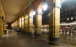 Opinião da noite Plaza de la Constitucion Donostia, Espanha foto de stock