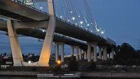 Opinião da noite da ponte video estoque