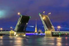 Opinião da noite da ponte do palácio, St Petersburg, Rússia imagem de stock royalty free