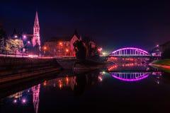Opinião da noite da ponte e do lago em Zrenjanin foto de stock royalty free