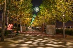Opinião da noite a rainha Elizabeth Olympic Park, Londres Reino Unido Imagens de Stock