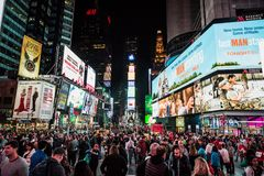 Opinião da noite da rua do Times Square com artistas da rua e a multidão enorme fotografia de stock royalty free