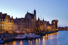 Opinião da noite sobre o rio Motlawa a cidade velha em Gdansk, Polônia Imagem de Stock