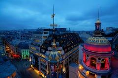 Opinião da noite sobre os telhados de Paris imagens de stock royalty free