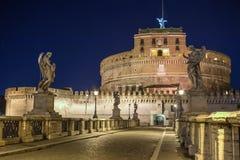 Opinião da noite sobre Ponte Sant Angelo que conduz ao castel Sant Angelo na noite Fotos de Stock Royalty Free
