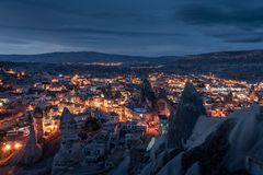 Opinião da noite da vila do goreme de Cappadocia foto de stock