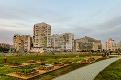 Opinião da noite da vizinhança residencial da pensão e do esquerdo-banco da universidade estadual de Belgorod Foto de Stock Royalty Free