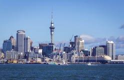 Opinião da paisagem à cidade de Auckland de Devonport, Auckland Nova Zelândia; Um bom lugar para ver Auckland através do mar imagens de stock royalty free