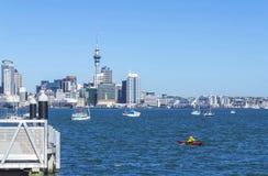Opinião da paisagem à cidade de Auckland de Stanley Bay Devonport Auckland, Nova Zelândia foto de stock royalty free