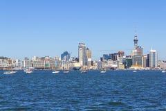 Opinião da paisagem à cidade de Auckland de Stanley Bay Devonport Auckland, Nova Zelândia imagens de stock royalty free