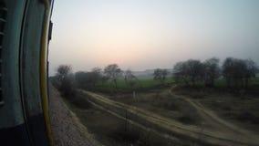 Opinião da paisagem através da porta aberta do trem durante um passeio do trem lento vídeos de arquivo