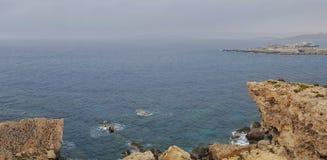 Opinião da paisagem da baía do paraíso do penhasco fotos de stock royalty free