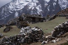 Opinião da paisagem da casa de pedra rural tradicional em Nepal fotografia de stock