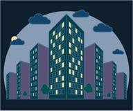 Opinião da paisagem da cidade na noite, construções altas com luzes nas janelas, nuvens, árvores, residencial moderno e cortiço imagens de stock