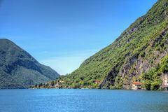 Opinião da paisagem da beira do lago foto de stock royalty free