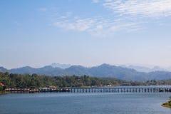 A opinião da paisagem da montanha em Sangkhlaburi, Tailândia Fotos de Stock Royalty Free