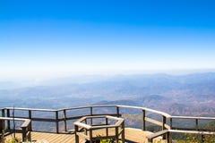 A opinião da paisagem da montanha no céu claro azul Fotografia de Stock