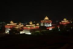 Opinião da paisagem da noite de Trashi Chho Dzong, Thimphu, Butão fotos de stock royalty free