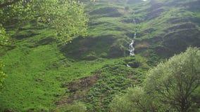Opinião da paisagem do córrego da montanha ou da cachoeira nas montanhas de Geórgia vídeos de arquivo