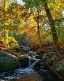 Opinião da paisagem do córrego da montanha do outono Ridge Mountains azul na queda fotos de stock royalty free