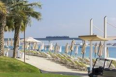 Opinião da paisagem do fundo da praia na ilha de Palma com guarda-chuvas e sunbed fotos de stock
