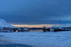 Opinião da paisagem do inverno de Islândia com o porto no crepúsculo Foto de Stock Royalty Free
