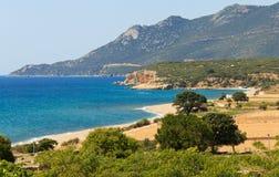 Opinião da paisagem do mar da praia e da montanha imagem de stock royalty free