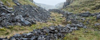 Opinião da paisagem do panorama ao longo da passagem de montanha rochosa nevoenta em Autum Fotografia de Stock