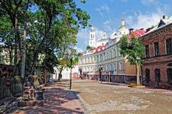 Opinião da paisagem do verão de Bielorrússia Vitebsk da rua velha do nicel no Fotos de Stock Royalty Free