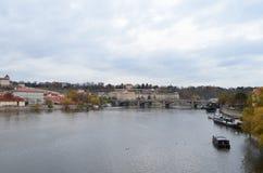 Opinião da paisagem e da ponte do rio de Vltava em Praga, República Checa Fotografia de Stock Royalty Free