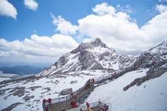 Opinião da paisagem Jade Dragon Snow Mountain Peak com maneira do trajeto imagens de stock