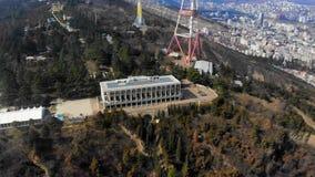 opinião da paisagem 4k da construção, torre da televisão, floresta, Tbilisi video estoque