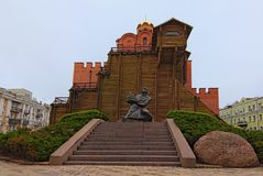 Opinião da paisagem da manhã do Golden Gate Era a via principal nas fortificações do século XI de Kyiv fotografia de stock royalty free