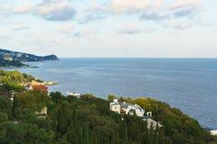Opinião da paisagem no por do sol da plataforma de observação à vila do recurso de Alupka na Crimeia fotografia de stock