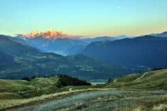 Opinião da paisagem no terreno montanhoso em Geórgia fotos de stock