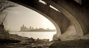 Opinião da ponte da ilha do Belle da skyline de Detroit Michigan imagem de stock royalty free