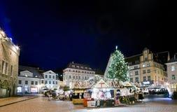 Opinião da praça da cidade com mercado do Natal Fotografia de Stock Royalty Free