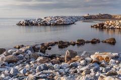 Opinião da praia com rochas fotografia de stock royalty free