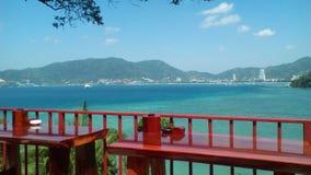 Opinião da praia de Patong na costa oeste da ilha de Phuket, Tailândia fotografia de stock