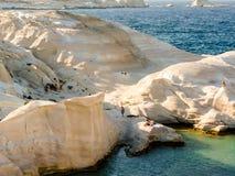 Opinião da praia de Sarakiniko na ilha dos Milos em Grécia foto de stock