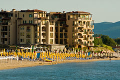 Opinião da praia na praia ensolarada Fotografia de Stock Royalty Free